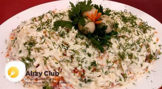 Для приготовления салат с ветчиной и шампиньонами консервированными дайте салату пропитаться.