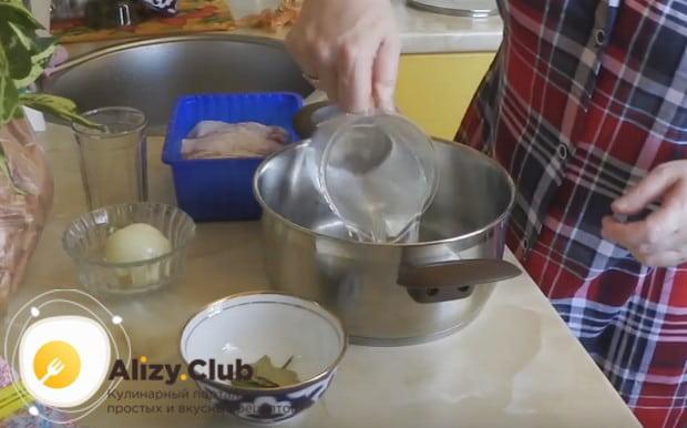 Чтобы приготовить сало в луковой шелухе в домашних условиях, сначала сделаем маринад.
