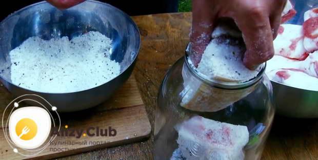 Обваляйте каждый кусочек сала в соли со всех сторон и выложите их в банку