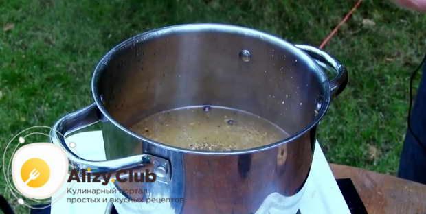 Оставшуюся соль с перцем высыпьте в кастрюлю с кипящей водой