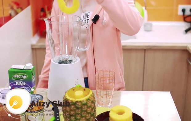 Кладем в чашу блендера 70-100 г мякоти ананаса