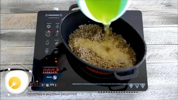 После закипания нужно уменьшить огонь и уваривать соус 10 минут