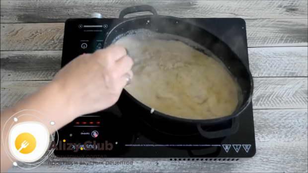 В процессе можете еще добавить бульона, если соус станет слишком густой