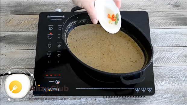 Высыпать в соус по 1 ч. л. соли, кинзы и уцхо-сунели