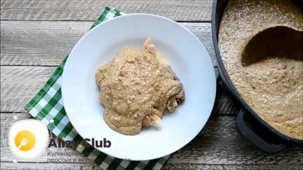 Положить в порционную тарелку и полить ореховым соусом