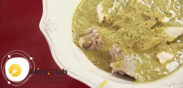 Положить мясо в порционную тарелку и залить ореховым соусом