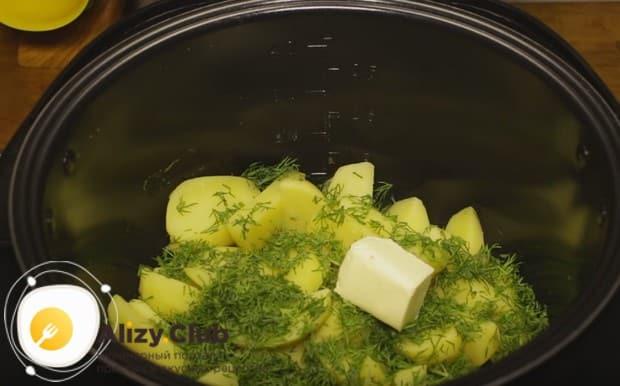 С картофеля сливаем воду и добавляем к нему мелко нарезанный укроп и сливочное масло.