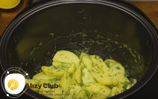 Перемешиваем картошку с маслом и укропом.