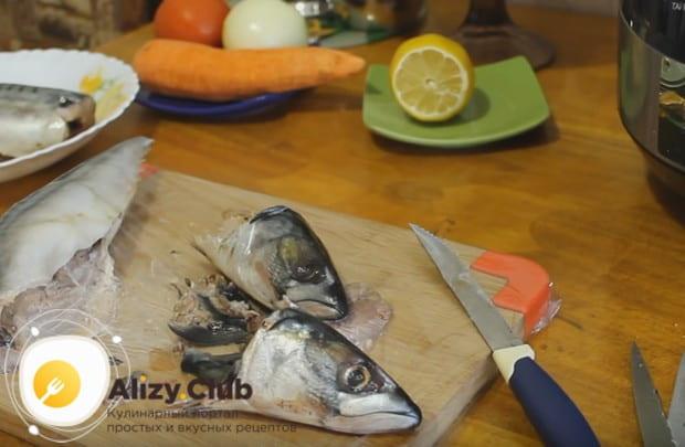 Достаем из рыбы внутренности, промываем тушки.