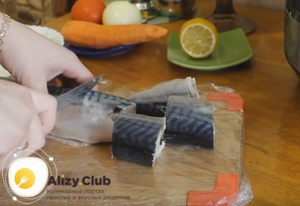 Каждую рыбину режем на порционные куски.