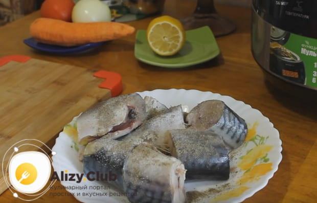 Посыпаем куски рыбы пряностями.