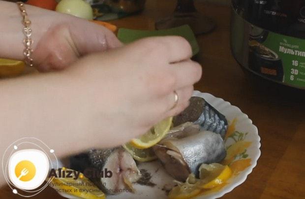 Натираем кусочки рыбы лимоном.