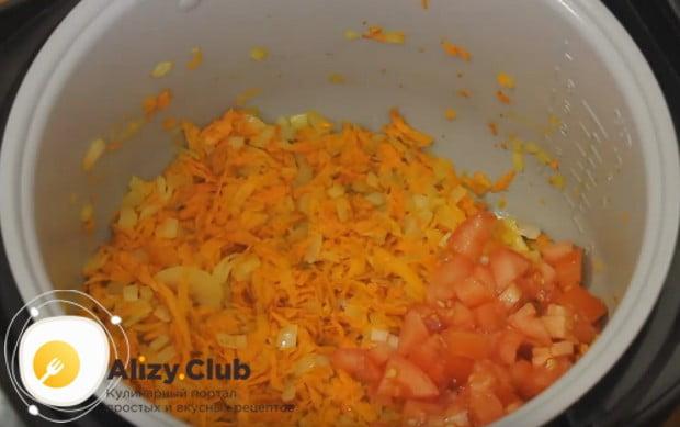 Пассеруем лук с морковкой и добавляем помидор.