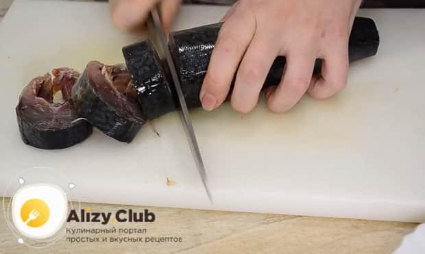 Для приготовления скумбрии запеченная в фольге в духовке, нарежьте рыбу