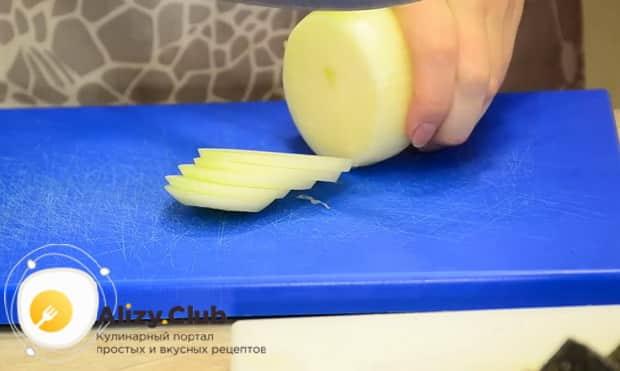 Для приготовления скумбрии запеченная в фольге в духовке, нарежьте лук