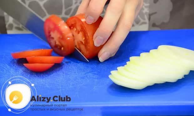 Для приготовления скумбрии запеченная в фольге в духовке, нарежьте помидоры