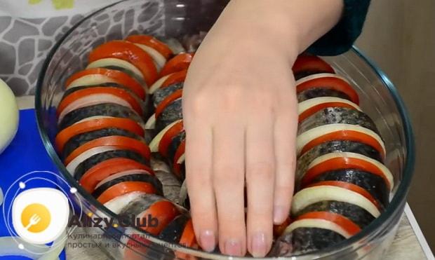 Для приготовления скумбрии запеченная в фольге в духовке, выложите ингредиенты в форму