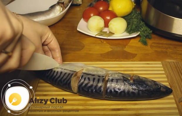 Делаем на рыбе надрезы, перерезая хребет, но не дорезая тушку до конца.