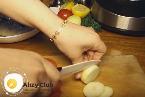 Кружочками нарезаем также луковицу.