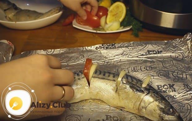 В образовавшиеся ячейки вкладываем кусочки помидора и лука.