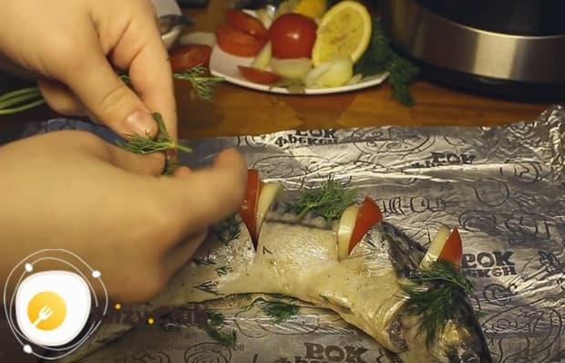 Посыпаем рыбу укропом.
