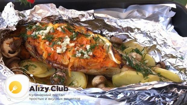 Для приготовления скумбрия запеченной с овощами в фольге, залейте рыбу заливкой.
