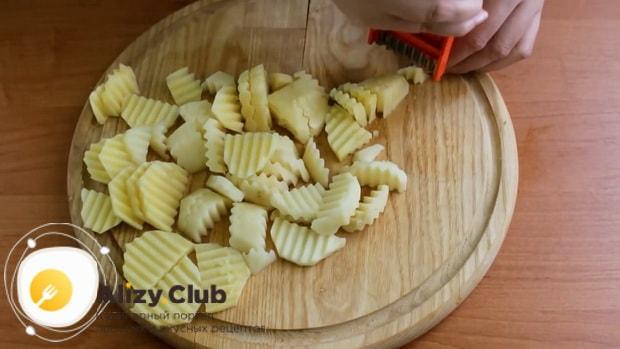 Для приготовления скумбрии запеченная в фольге в духовке, нарежьте картофель
