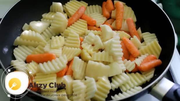 Для приготовления скумбрии запеченная в фольге в духовке, выложите ингредиенты в сковородку