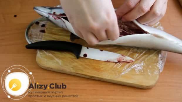 Для приготовления скумбрии запеченная в фольге в духовке, очистите рыбу