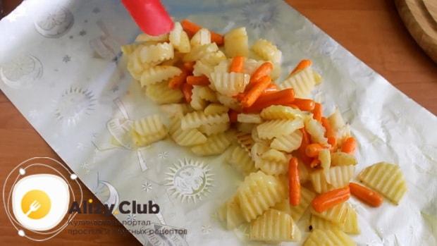 Для приготовления скумбрии запеченная в фольге в духовке, выложите ингредиенты в фольгу