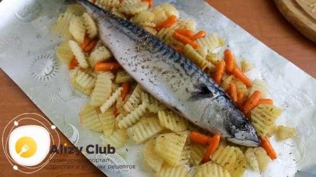 Для приготовления скумбрии запеченная в фольге в духовке, выложите на овощи рыбу