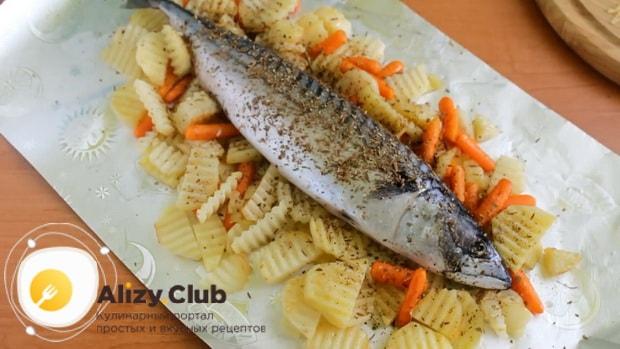 Для приготовления скумбрии запеченная в фольге в духовке, посыпьте специями рыбу