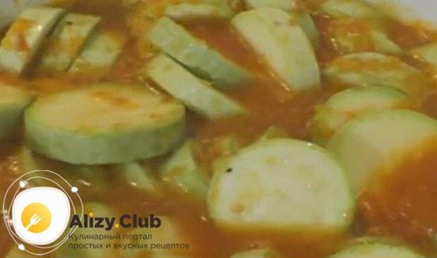 Выкладываем в соус кабачки, перемешиваем и варим вместе.