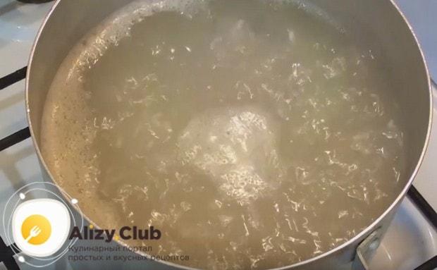 В закипевшую воду выкладываем промытый рис и варим минут 10.