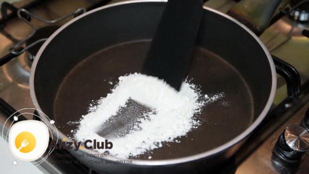 Для приготовления сливочно сырного соуса для спагетти разогрейте сковородку