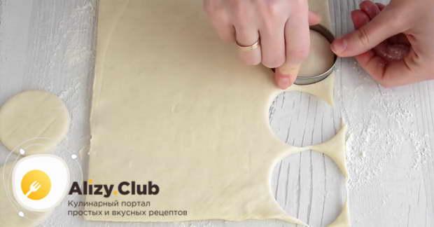 Не раскатывая тесто, с помощью металлической вырубки вырезаем 12 кружочков