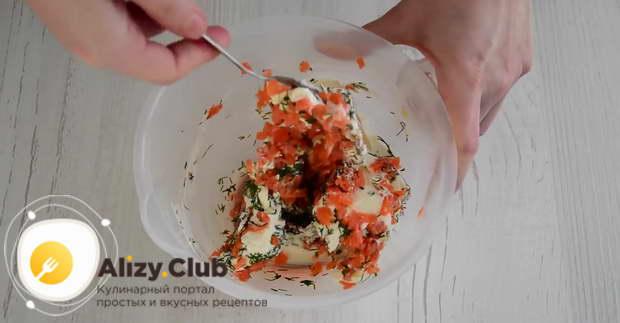 Добавляем по вкусу перец, соль и тщательно перемешиваем массу