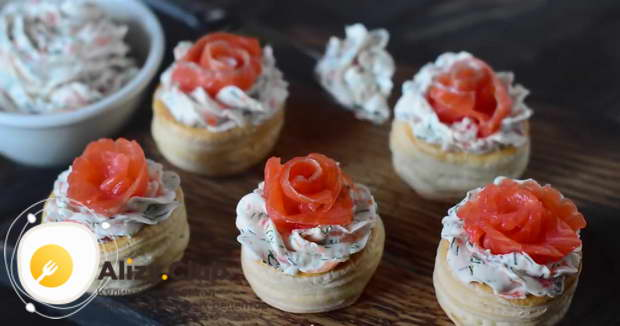 Перекладываем тарталетки на красивую тарелку или блюдо и подаем
