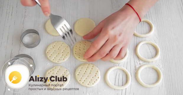 С помощью вилки тщательно накалываем основу для тарталеток
