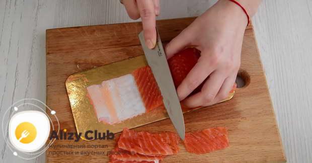 Нарезаем 100 грамм красной рыбы очень тоненькими пластинками