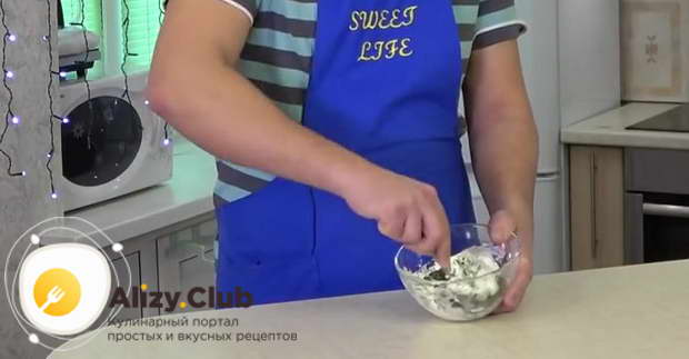 Мелко шинкую пучок укропа и добавляю его в миску с сыром и чесноком и хорошо всё перемешиваю