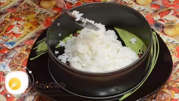 По рецепту для приготовления салата суши, выложите рисовый слой.