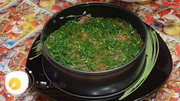По рецепту для приготовления салата суши, нарежьте зелень.