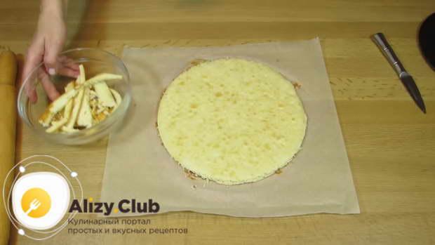 Вытащив корж на пергаменте из духовки, обрежьте его края под выбранную форму