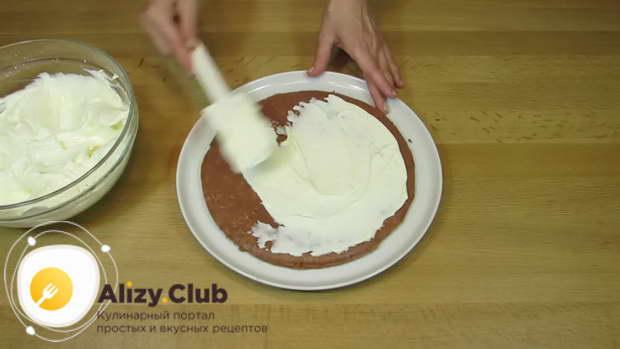 Положите коричневый корж на большую тарелку