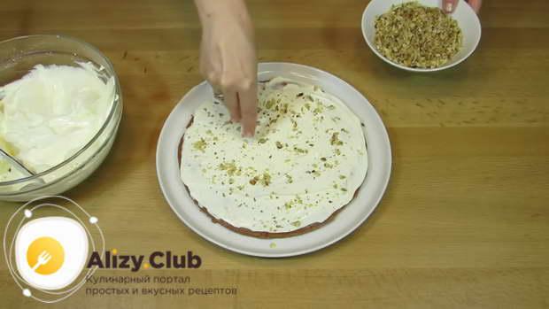 Посыпьте рубленными грецкими орехами по вкусу