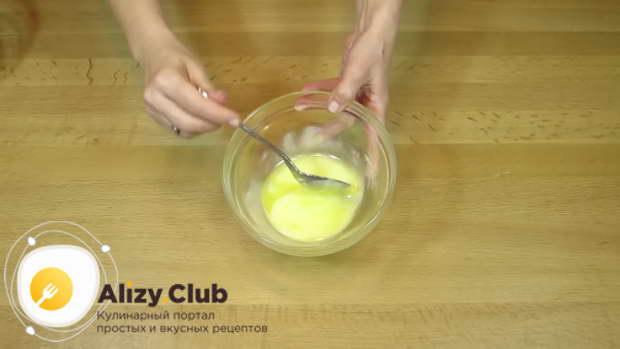 В небольшой кастрюльке растопите 50 г сливочного масла