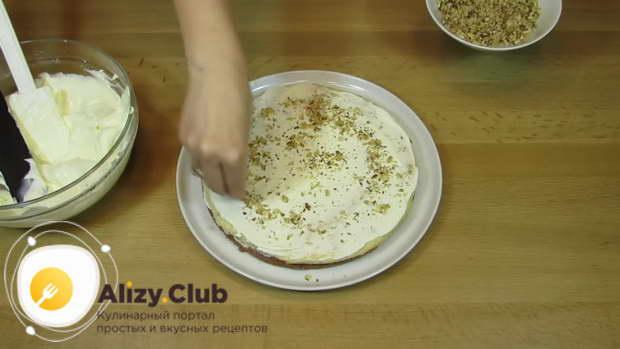 Сверху положите белый корж и также смажьте его большим количеством крема