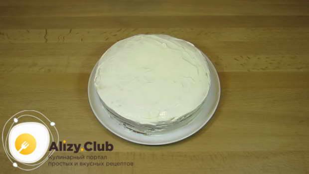 Промажьте сметанным кремом верх и борта и украсьте торт по желанию