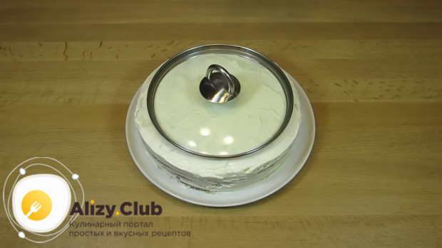 Разместите ровно посередине крышку меньшего диаметра, чем торт